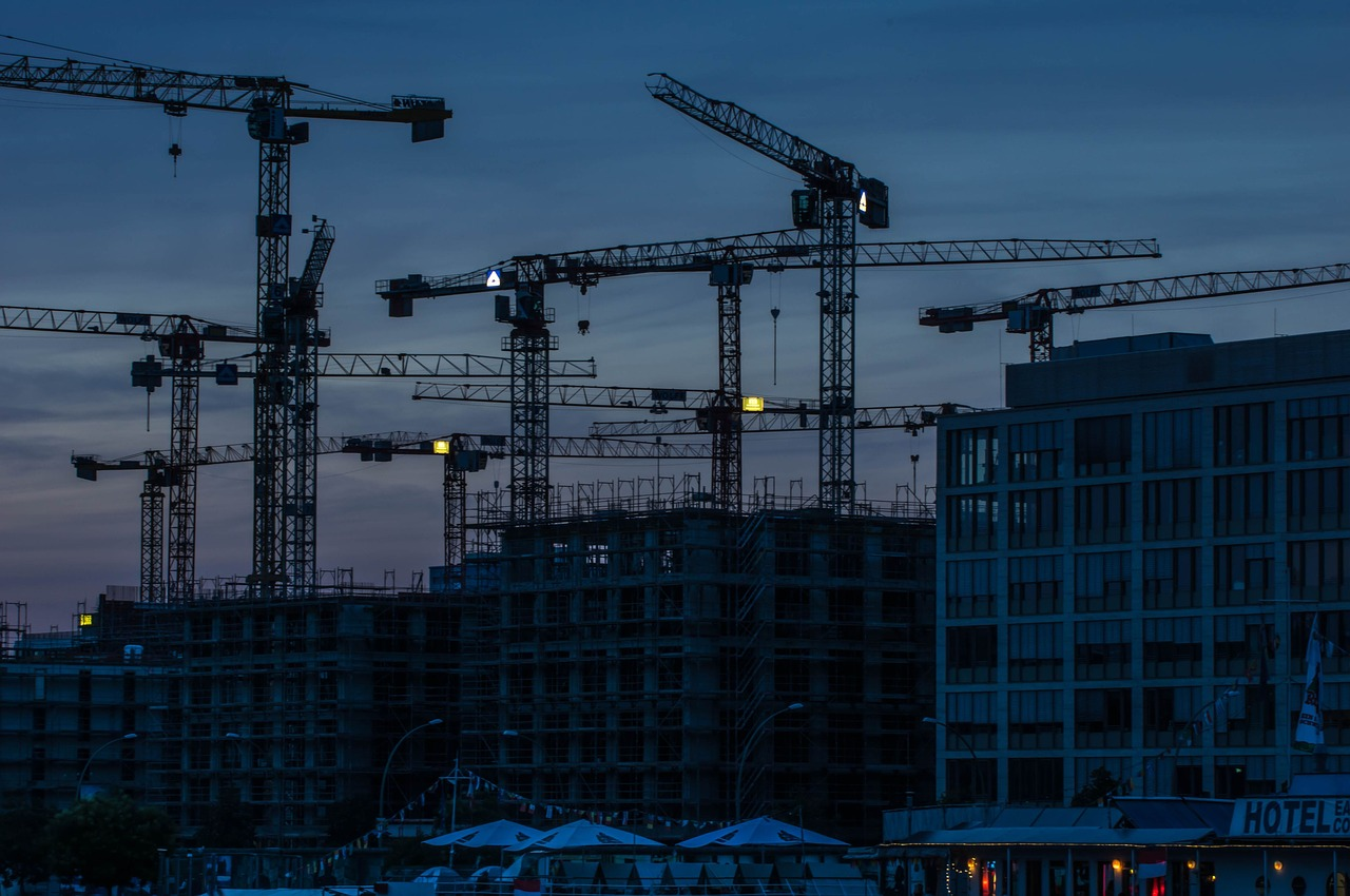 Almost aesthetic: construction cranes during the blue hour (Photo by emcanicepic /pixabay licence)