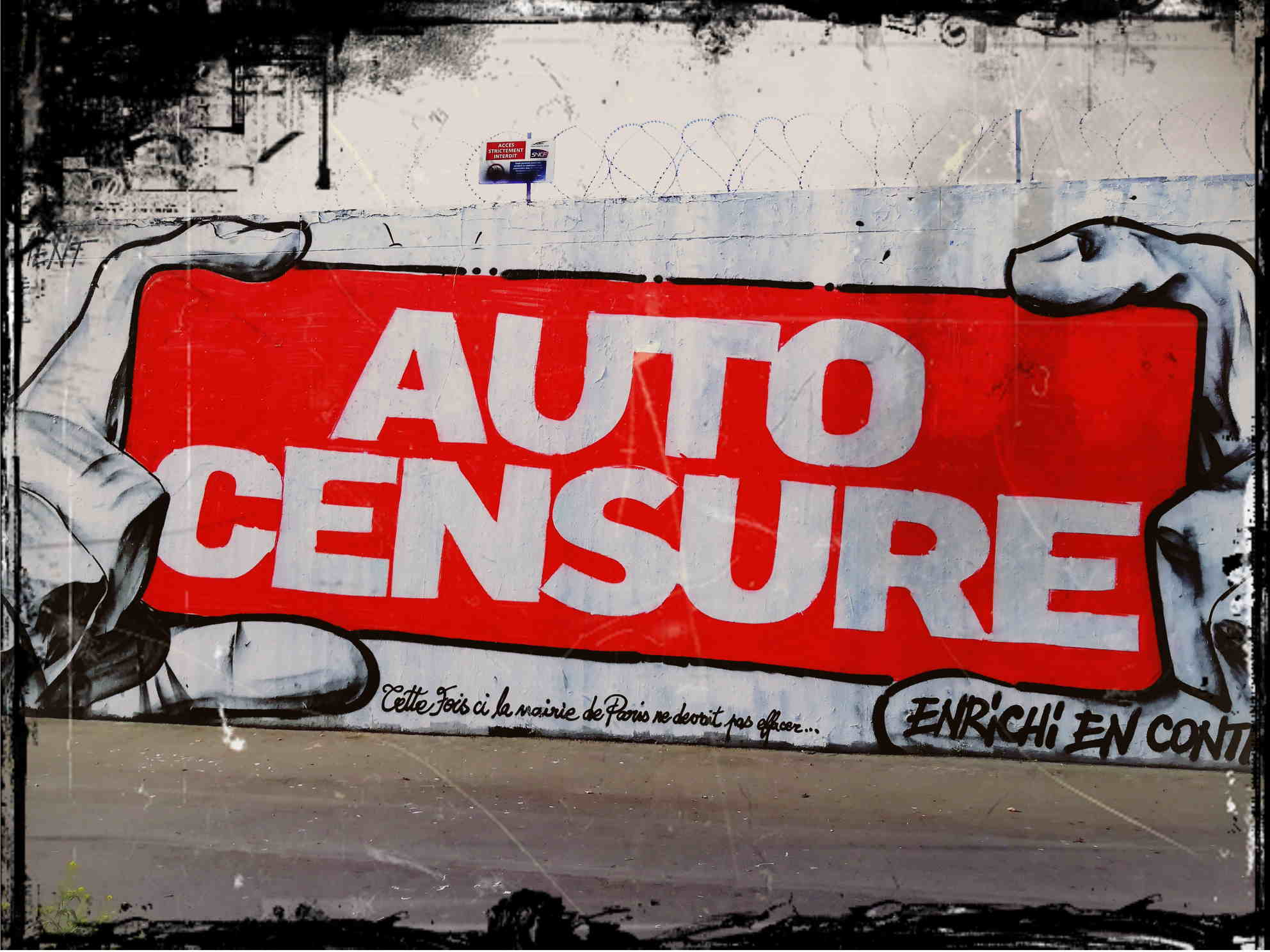 Streetart-mural. On a length of 10 meters the french artist Vince realized a hand holding a huge sign. On it written stands: Auto-Censure.