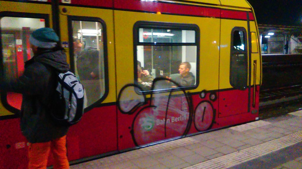 A fast Throw Up by Dö on the Ringbahn. A person looks in its direction.