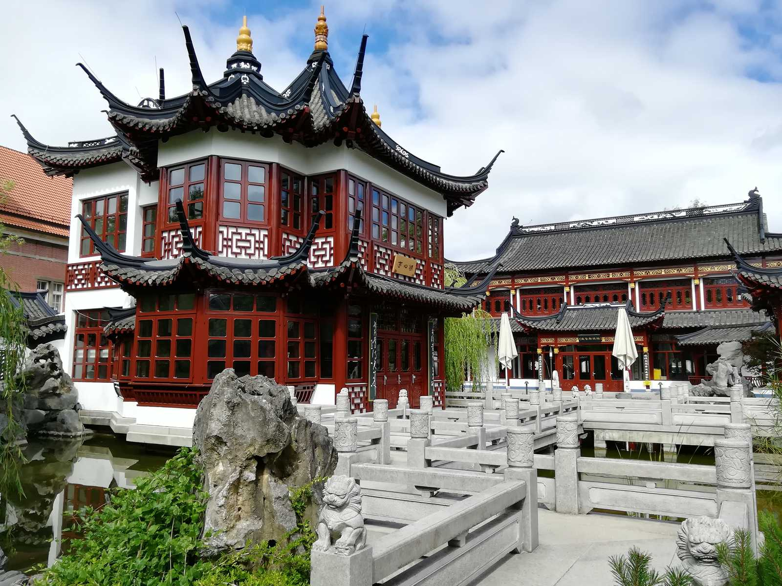 The image shows a chinese pagode building in the german city of Hamburg.