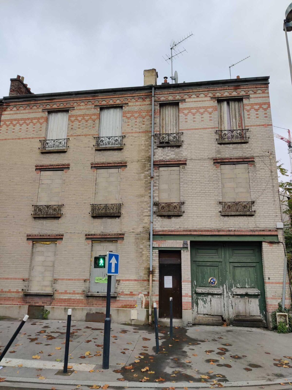Ein verbarrikadiertes Haus in der Nähe des Turmes Pleyel in der Seine Saint Denis, dem nördlichen Departement von Paris. Meithaie machen sich den Mangel an Wohnraum zu eigen. um Einheiten zu gewinnträchtig zu vermieten.