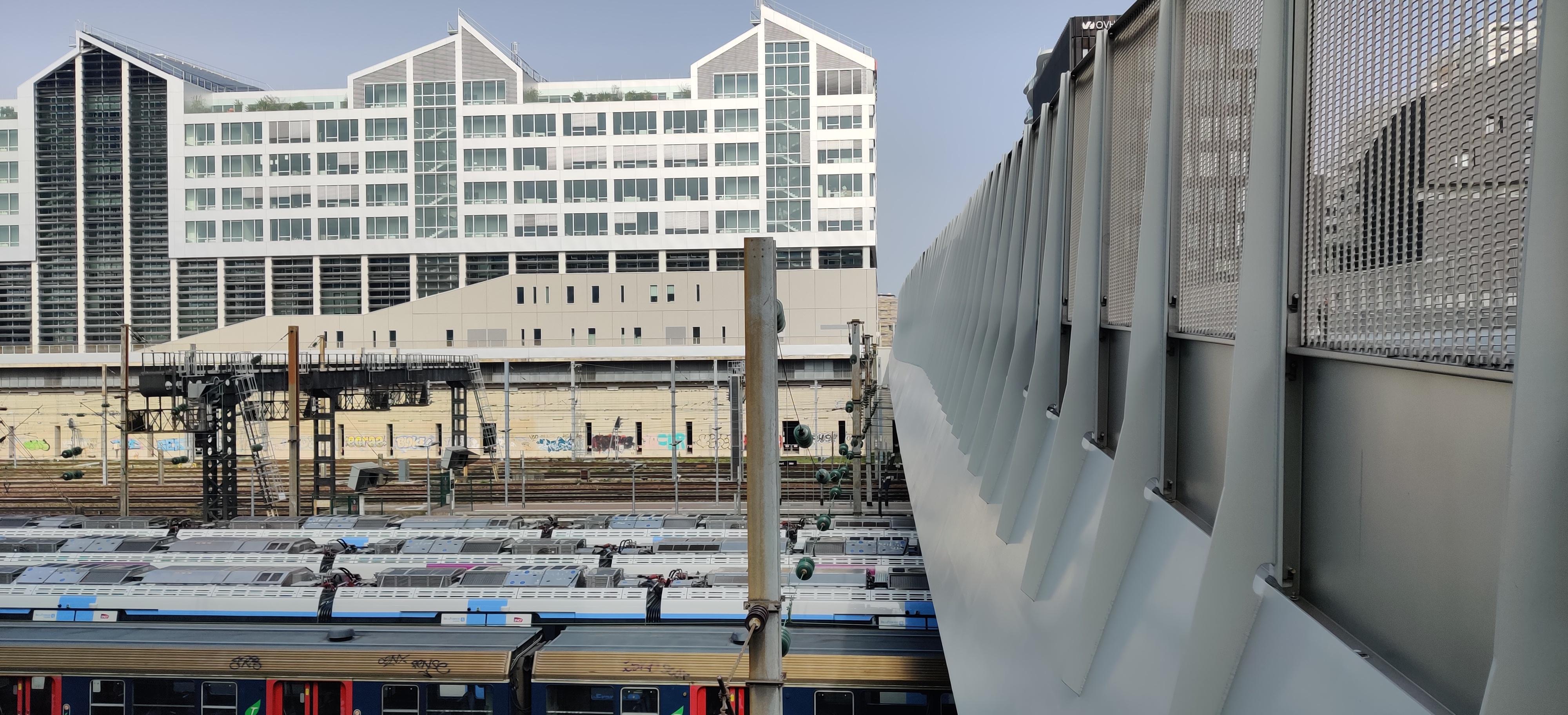 chemin de fer pont cardinet sanit lazare, pont en fer, sncf trains, ecoquartier clichy batignolles, grand immeuble blanc, architecture contemporaine