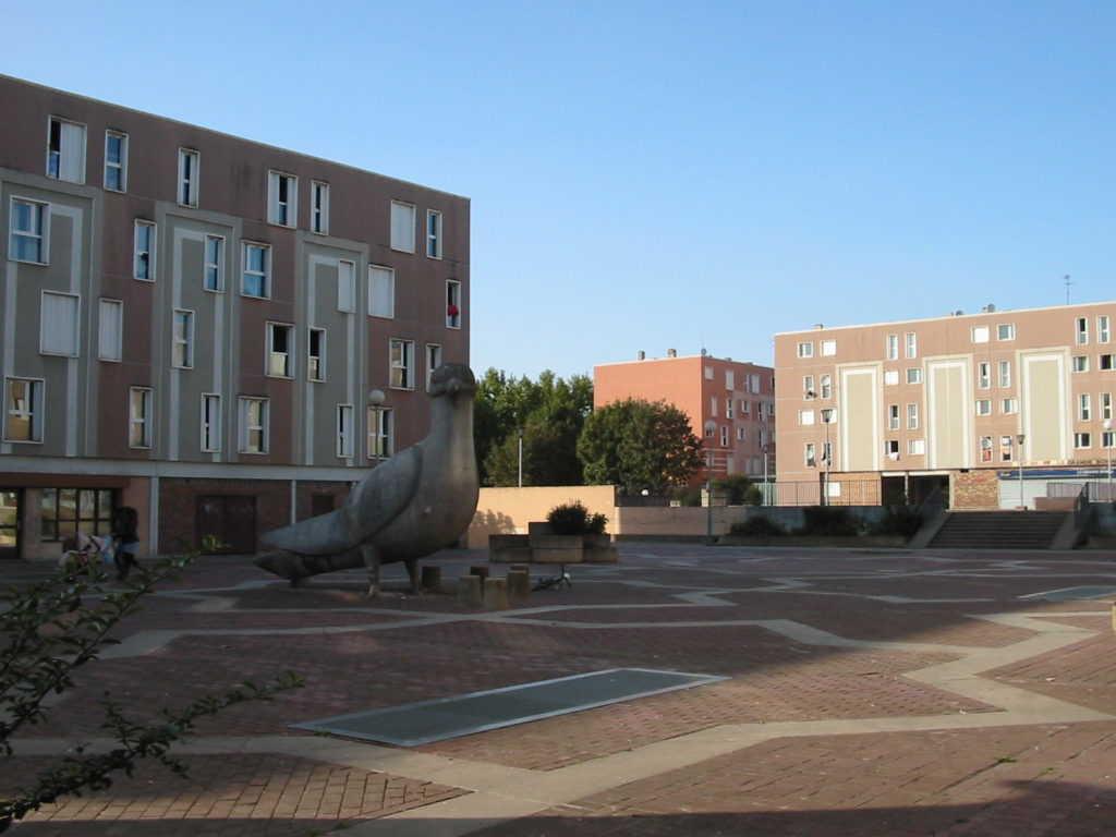 Stadtviertel La Grande Borne in Grigny. Der Ort ist der Platz de la Treile. Blauer Himme. Alte Aufnahme.