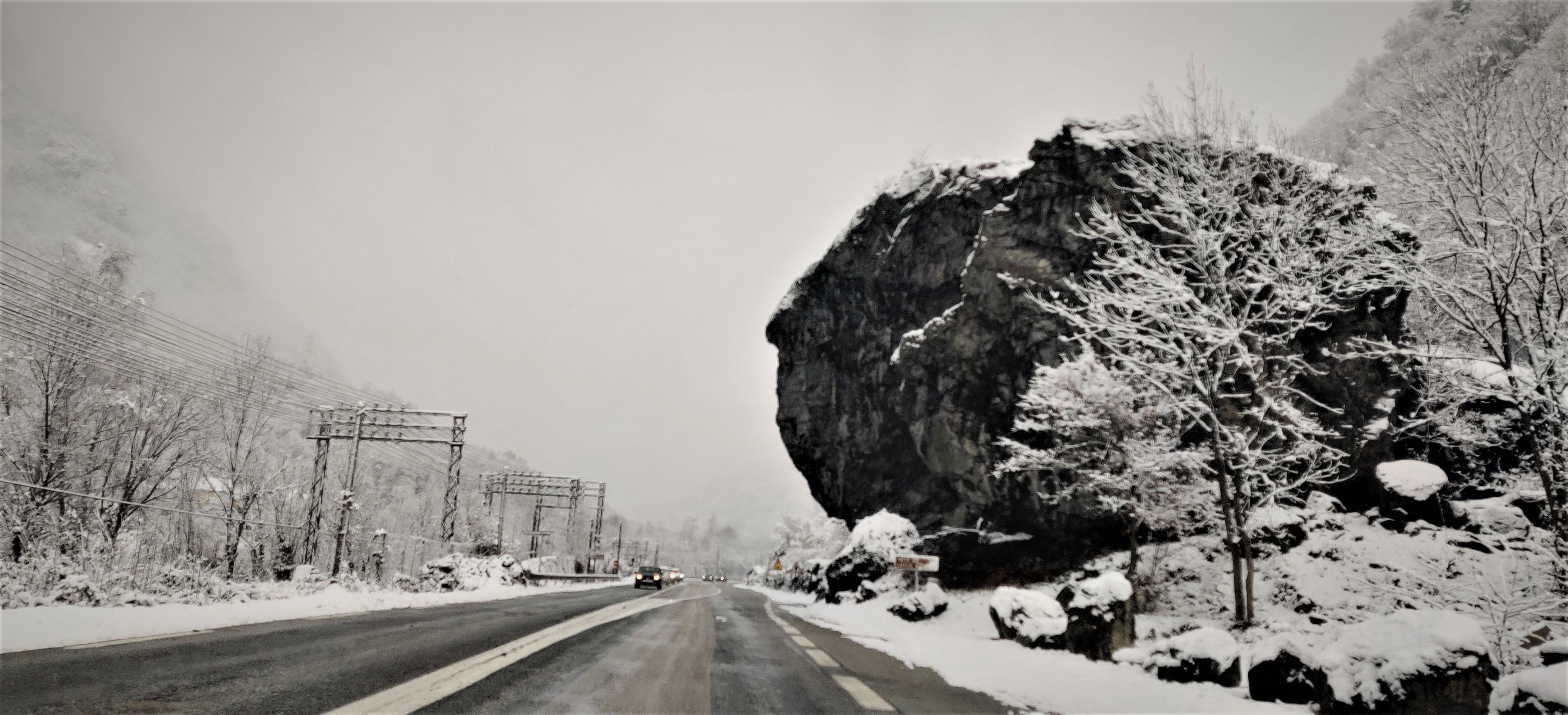 Urbex Frankreich Felsformation, Nasenform, ragt über Straße, Schnee, Winter, Kopf von Louis 16 Sonnenkönig, Industriekultur Oisans Urban Exploration