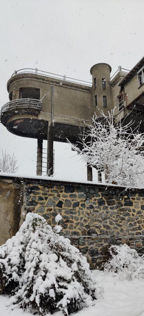 Urbex Frankreich Industriekultur Oisans, Büro des Großindustriellen Keller, ragt auf Betostelzen in Garten, graue und triste Atmossphäre, Winter, Schnee, Mauer, Urban Exploration