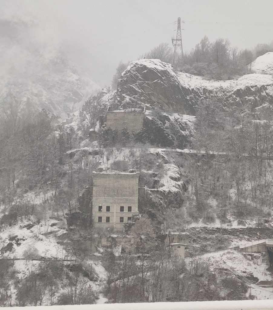 Urbex Frankreich Industriekultur Oisans, Talsperre vom Lac de Chambon Alpen Urban Exploration, Berghang, Winter, Schnee, Entdeckung