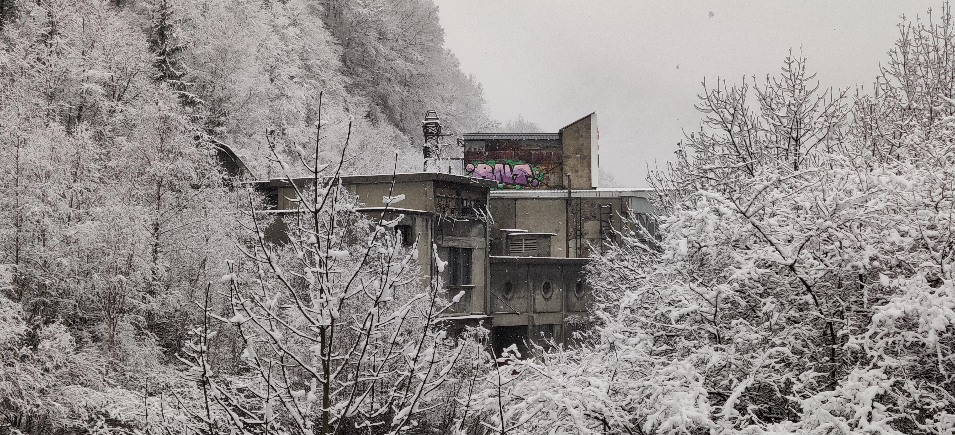 Urbex Frankreich Industriekultur Oisans, ehemaliges Elektrizitätswerk von Livet. Wasserkraftwerk an dem Gebirgsfluss Romanche, Urban Exploration, Winter, Schnee,