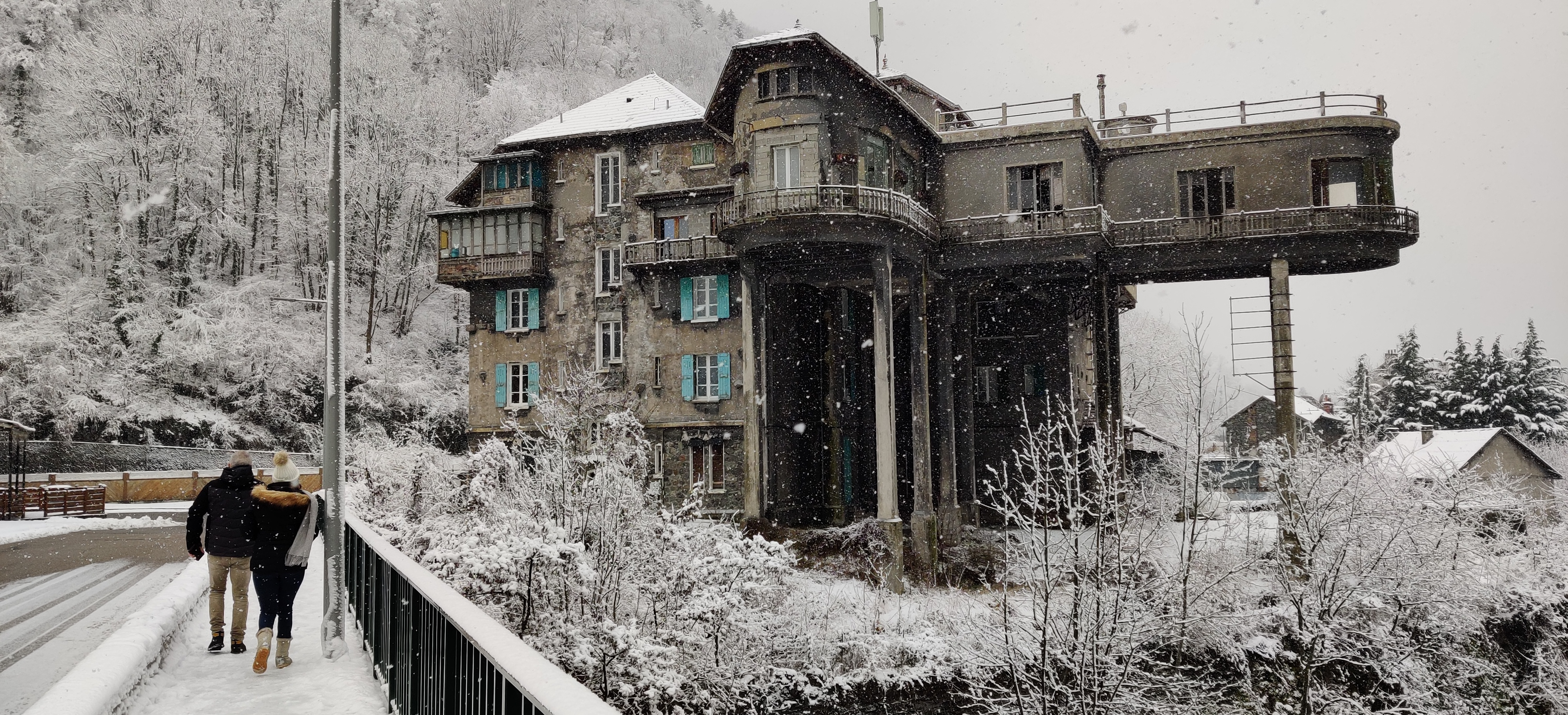 Auf Spurensuche der Vergangenen Industriekultur im Oisans, französische Alpen. Herrenhaus der Instrustriellen Keller und Lelieux. Das Haus sticht durch seine besondere Architektur hervor. Das Büro, welches auf Betonstelzen zum Fluß hinausragt, ist inzwischen nahezu unbewohnt.
