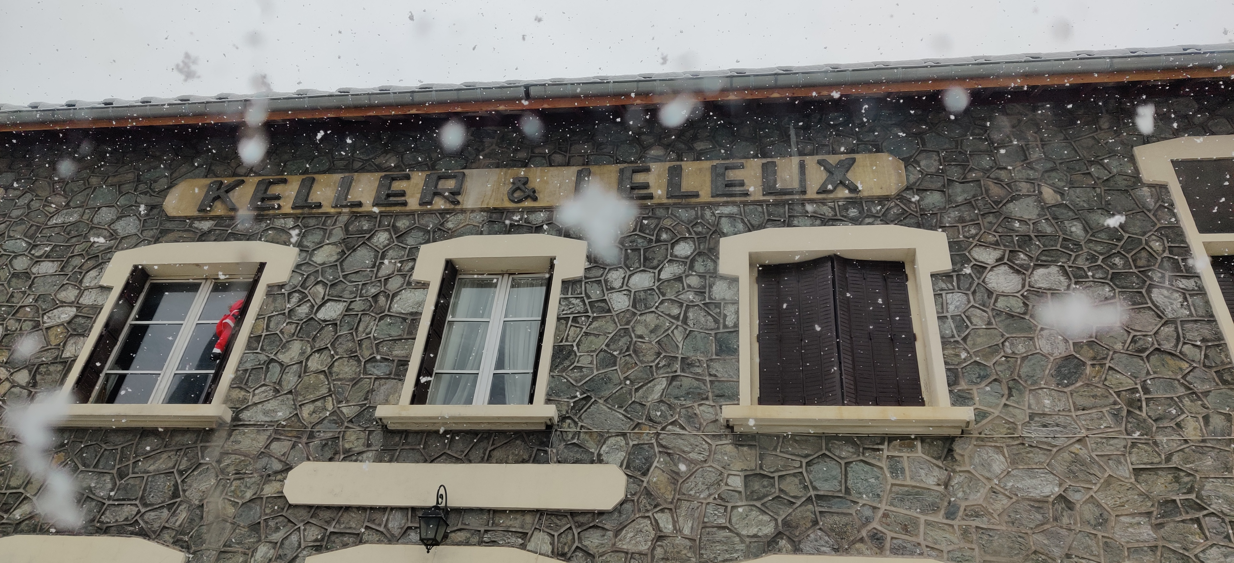Urbex Frankreich Industriekultur Oisans, Haus mit Schriftzug Keller Leleux Großindustrielle Industrie Urban Exploration Alpen