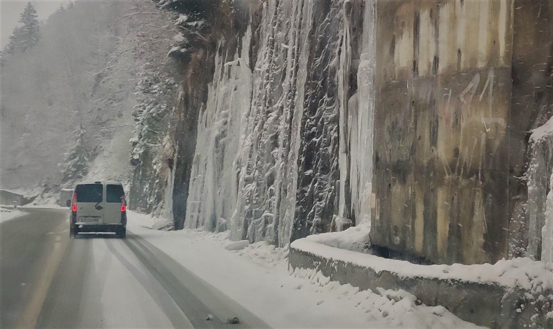 Urbex Frankreich Industriekultur Oisans Alpen verschneite Straße, Auto, Felsig, steile Wände große Eiszapfenstrukturen, Winter