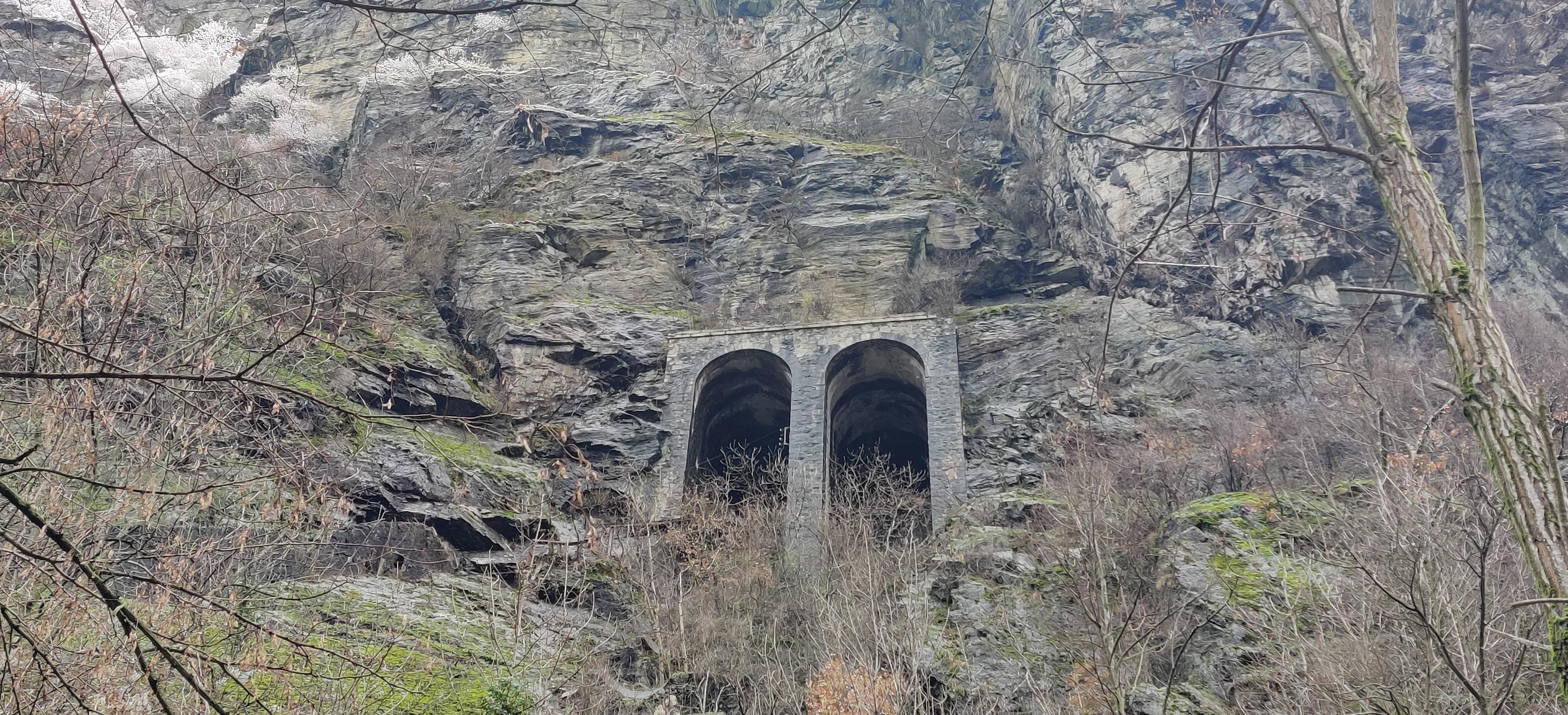Urbex Frankreich Industriekultur Oisans empore in den Berg gebaut, verlassen, Bergbauindustrie, Winter, Alpen,
