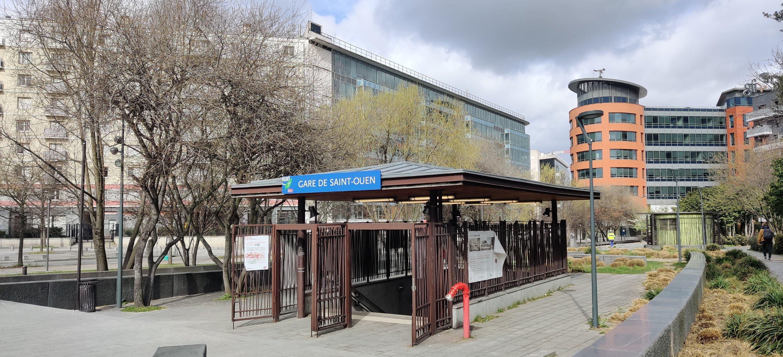 """Grand Paris Stadt von Morgen Vorort Saint-Ouen 93 Departement  Seine-Saint Denis mit neuer Bahnhifhaltestelle """"Gare de Saint-Ouen"""", Eingang zur Haltestelle Grand Paris Express Ubahn Linie 14"""