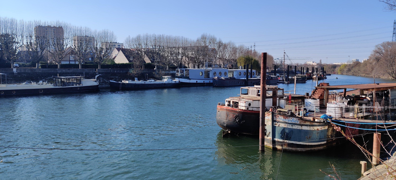 Grand Paris Stadt von Morgen, Seine, Hausboote, Hochhäuser Hintergrund, Frühling 2021