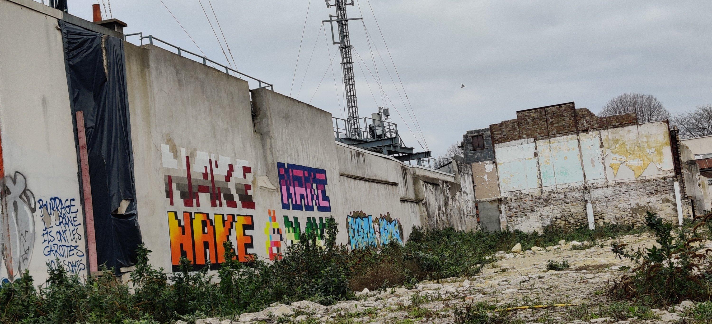 Stadtentwicklung Stadt der Zukunft Grand Paris Urbanismus, Brachfläche im Vorort Saint Ouen im Norden von Paris, Graffiti NAKE Pixelstyle, Stadtwandel