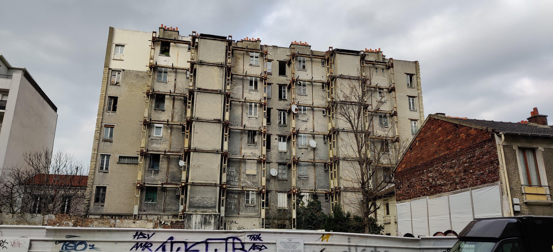 Stadtentwicklung Grand Paris Stadt der Zukunft, Wohnbrache altes Wohngebäude, Stahlstützen, grau, verlassen, Saint Ouen 93  Urbanismus Seine Saint Denis La Plaine